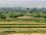 от Хор Вирапа видно турецкую территорию и пограничников