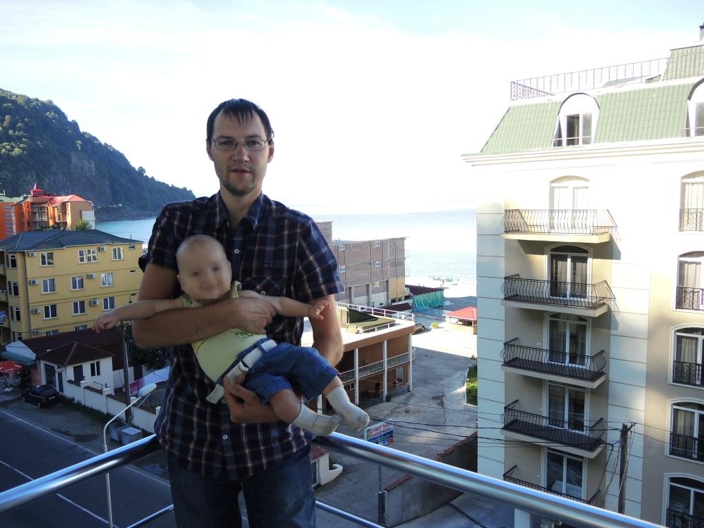 Отель в Батуми. Сзади видно море