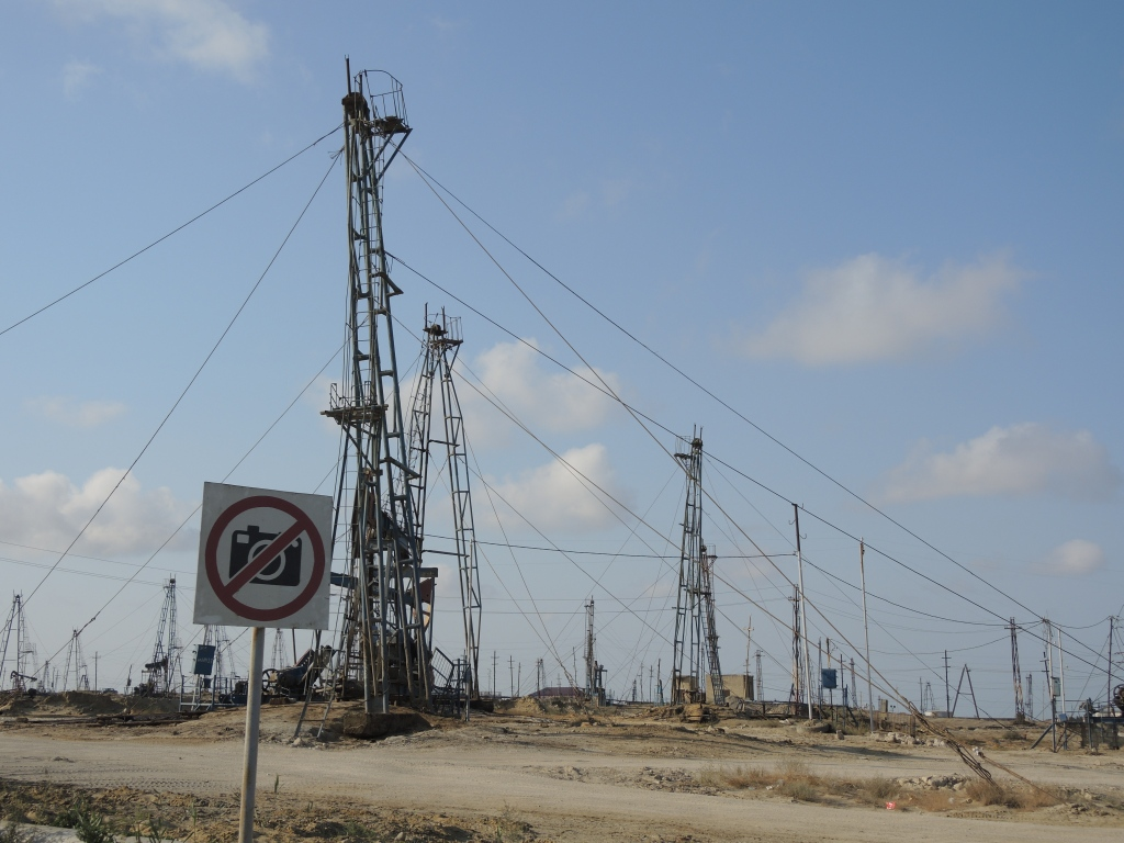 В Баку и вокруг него везде качают нефть