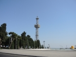 Центр Баку. Парашютная вышка в форме нефтевышки