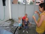Макс ловит вместе с албанскими детьми пузыри.