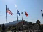 Типичная картина в Албании и Косово. Флаг Америки, ЕС и Албании