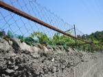 Албания. Забор защищен битым стеклом