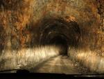 30+ тунелей без освещения и покрытия. Тунели в одну полосу, хотя движение в 2 стороны, местами протяженностью больше километра