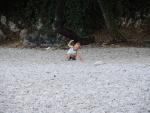 Кемпинг. Максим на пляже играет в камешки