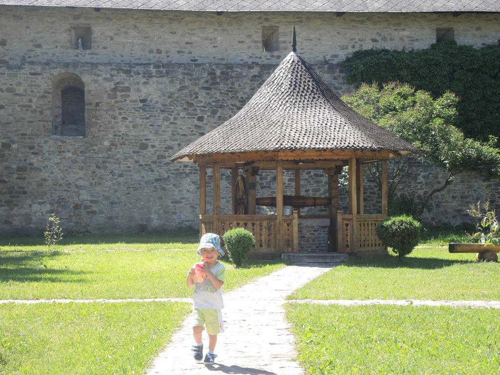 Монастырь Сучевица. Максим бегает по монастырскому дворику