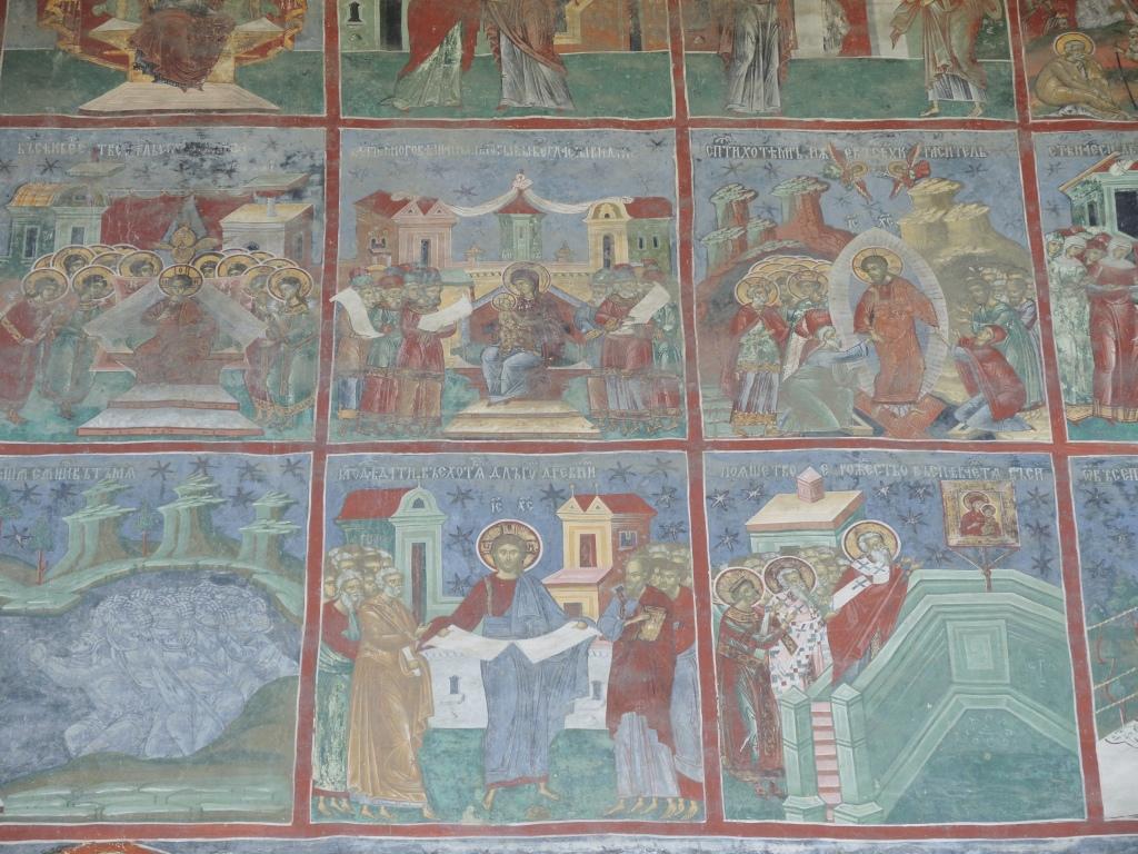 Монастырь Сучевица. Все на кирилице, хотя в Румынии все теперь на латинице