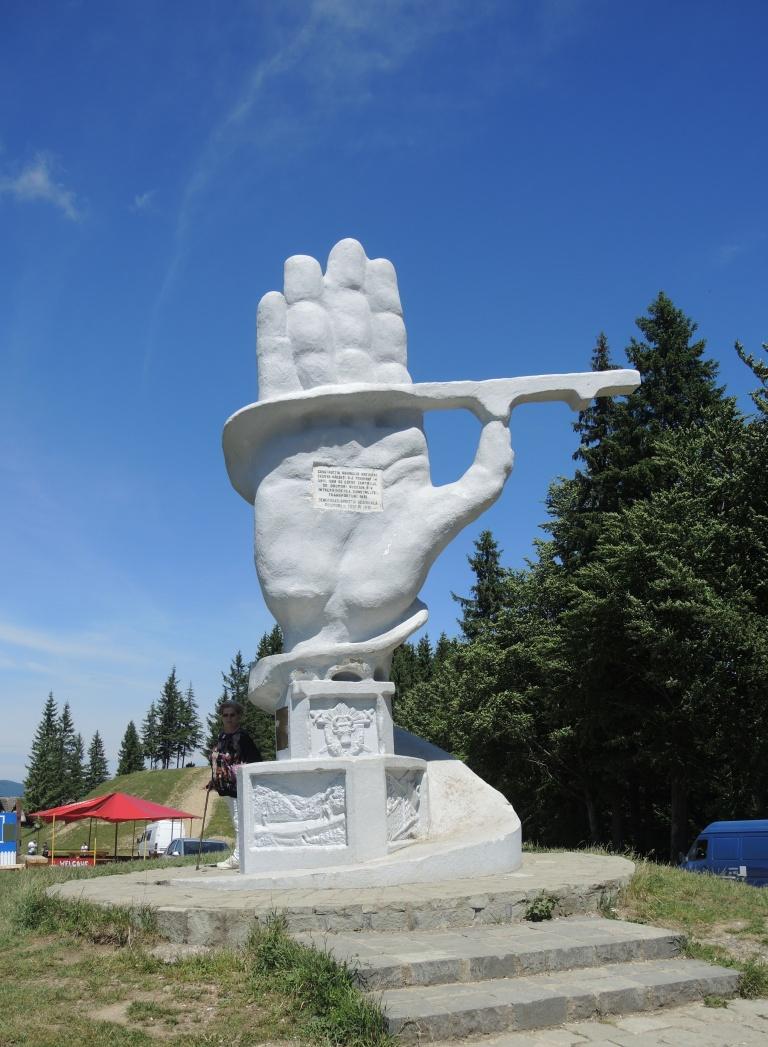 Буковина. Монумент строителям дороги.