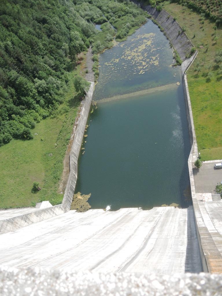 Плотина на оз. Биказ. Высота 127 метров