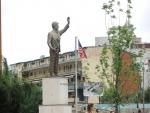 Приштина. Памятник  Биллу Клинтону