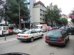Косовская-Митровица. Северная часть. Сербские флаги, сербские номера на машинах, кирилица, албанские машины без номеров.