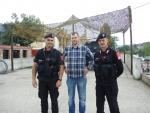 Косовская-Митровица. Албанская часть. Итальянский KFOR охраняет мост