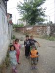 Джаковица. Дети на фоне сожженого сербского квартала обнесенного колючей проволокой.