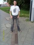 Германия. Берлин. То и дело в Берлине встречается вот такая линия двойной брусчатки. Идёт то по тротуару, то пересекает дорогу... это линия Берлинской стены
