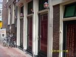Голландия. Амстердам. Квартал красных фонарей. Вот в таких витринах тут сидят жрицы любви. За углом мы видели неск.работающих домов с дамами на любой вкус - молодые и в возрасте, толстые и худые, с любым цветом кожи)))) вот только там фотографировать нель