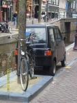 Голландия. Амстердам. Машинка чуть шире велосипеда