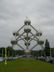 Бельгия. Брюссель. Атомиум. Он строился как один из павильонов для Всемирной торговой выставки. Потом так и остался стоять, как туристический объект. И в него можно войти. фрагмент кристаллической решётки железа, увеличенный в 165 миллиардов раз.
