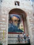 Испания. Фигуэрос. Театр-Музей Дали. Вблизи это изображение тела жены Дали со спины, а издалека - портрет Франклина