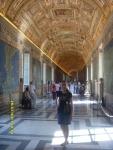 Ватикан. Музей Ватикана. Музей оказался невероятно богатым - ну в Лувре, ни в эрмитаже мы такого не видели. Вот этот потолок - это просто потолок, он - не главное в этом зале. Главное - гобелены с маршрутами крестовых походов.