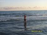 Италия. Рим. Пляж возле нашего кемпинга. Муж полез купаться.