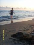 Италия. Рим. Пляж возле нашего кемпинга. А мне вода, как обычно, показалась холодной, и я просто гуляла на берегу