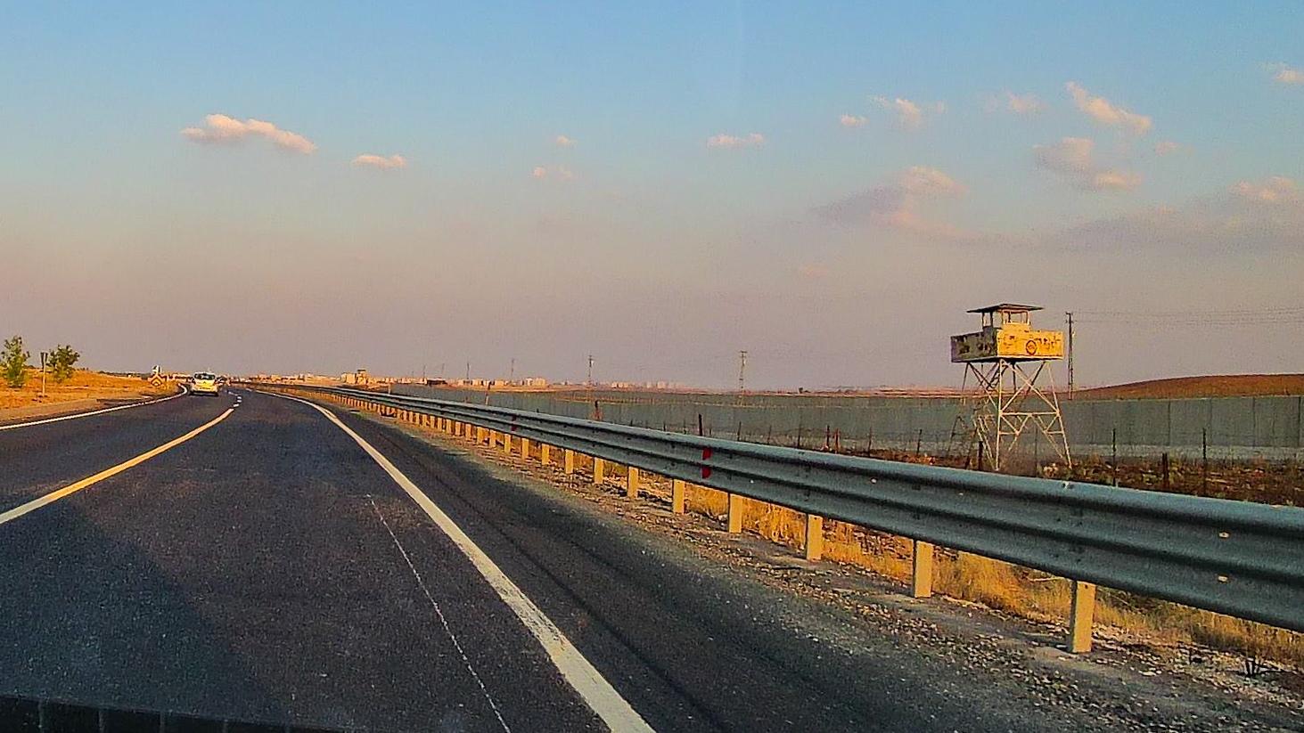 Граница с Сирией. Сиря справа