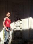 Бахчисарайский фонтан. На лице Иринки явно заметно разочарование
