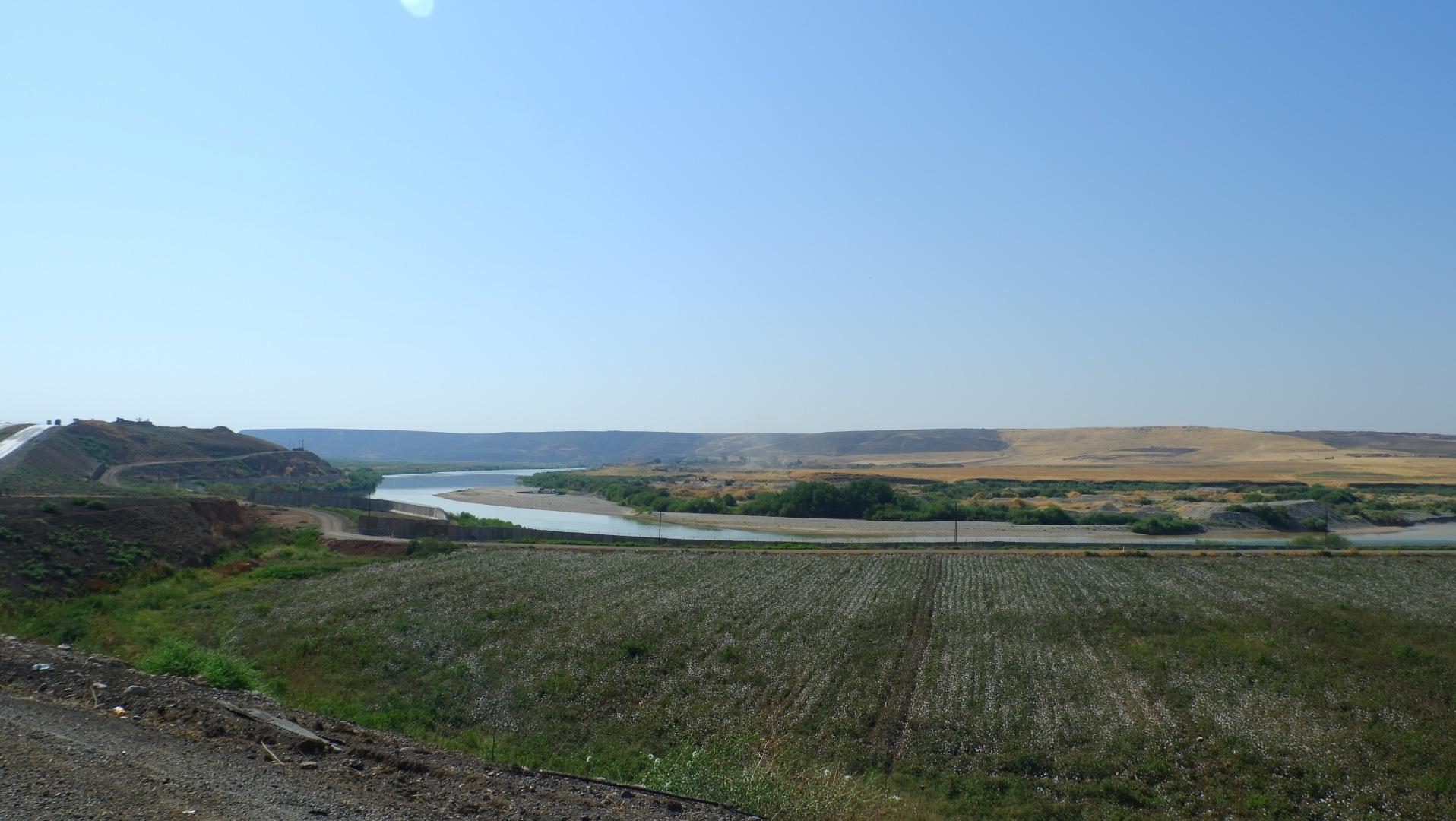 река Тигр. За ней Сирия